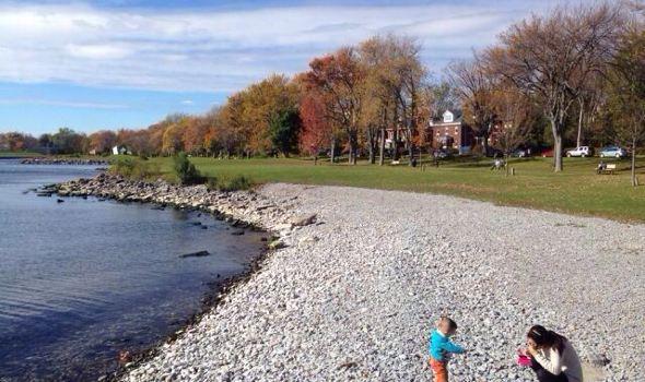 Thousand Islands, Canada位于金斯顿附近,千岛是指圣劳伦斯河与安大略湖相连接的河段,散布着1800多个大小不一的岛屿,最小的只是一块礁石,在千岛湖里对岛的定义很有意思,据说只要可以有2棵树生长的露出水面的土地,就可以被称之为岛。这些岛屿如繁星般遍布在圣劳伦斯河上,宛若童话中的仙境。 千岛湖位于美国加拿大边界,两国各占1/3和2/3水域,在cananoque 码头乘豪华游轮到千岛湖览胜(船上有美加国旗) 引颈嗔船逼,无行乱眼多。(杜甫) 千岛湖是世界闻名的旅游景点,也是加拿大的三大自然