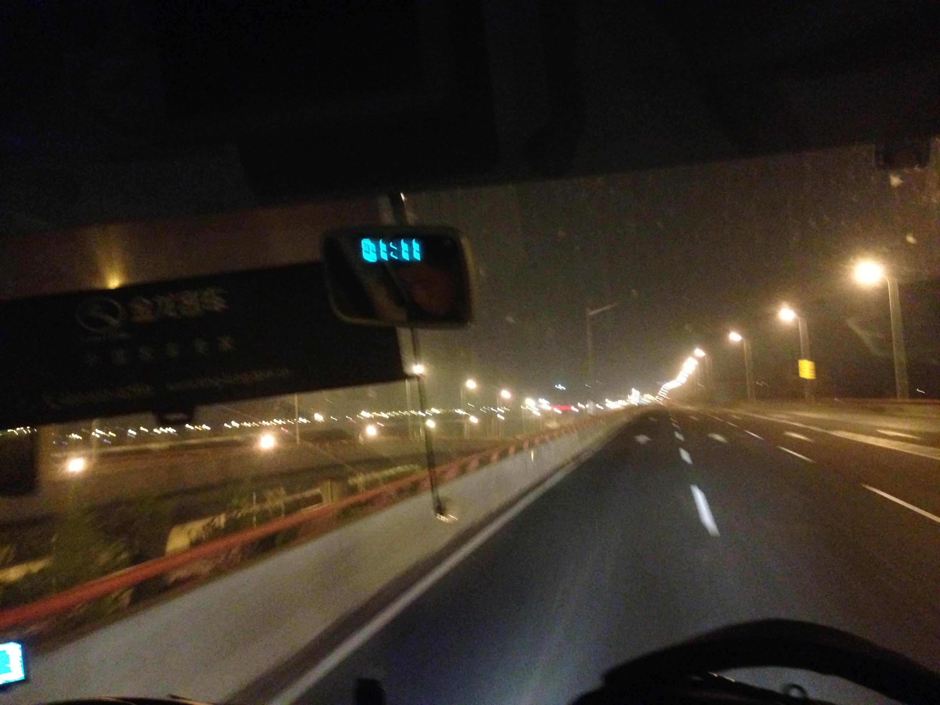 青岛流亭机场 竟然要坐摆渡车回出口……