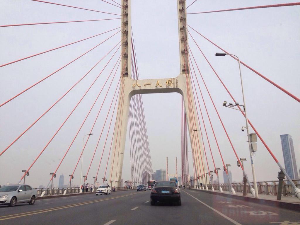 他们也没打算要在新修的八一大桥上整什么雕塑,但是被国家领导人突然