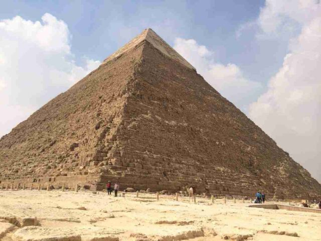 在众多金字塔中,最为著名的是吉萨大金字塔,这组金字塔共有 3 座,分别为古埃及第四王朝的胡夫(第二代法老)、卡夫勒(第四代法老)和孟考勒(第六代法老)所建。 胡夫金字塔,兴建于公元前 2760 年,是历史上最大的一座金字塔,也是世界上的人造奇迹之一,被列为世界 7 大奇观的首位。高度达到 146.