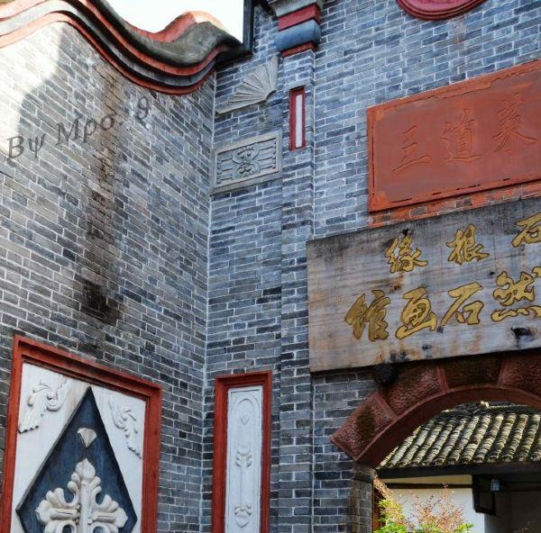 建筑以单檐悬山穿斗式木结构为主,小青瓦屋面,与其它住房相邻处,则