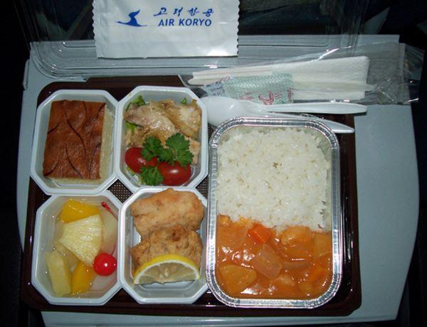 在朝鲜航空公司飞机上的午餐