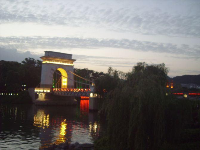 欧式凯旋门与中式城门吊桥的结合体