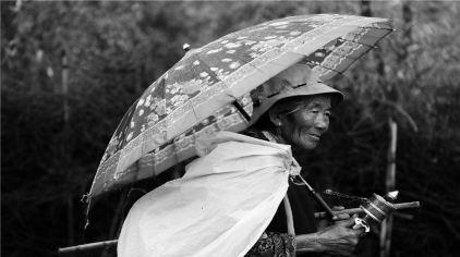 10苯日:雨中老人