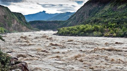 大峡谷:奔腾的雅江水