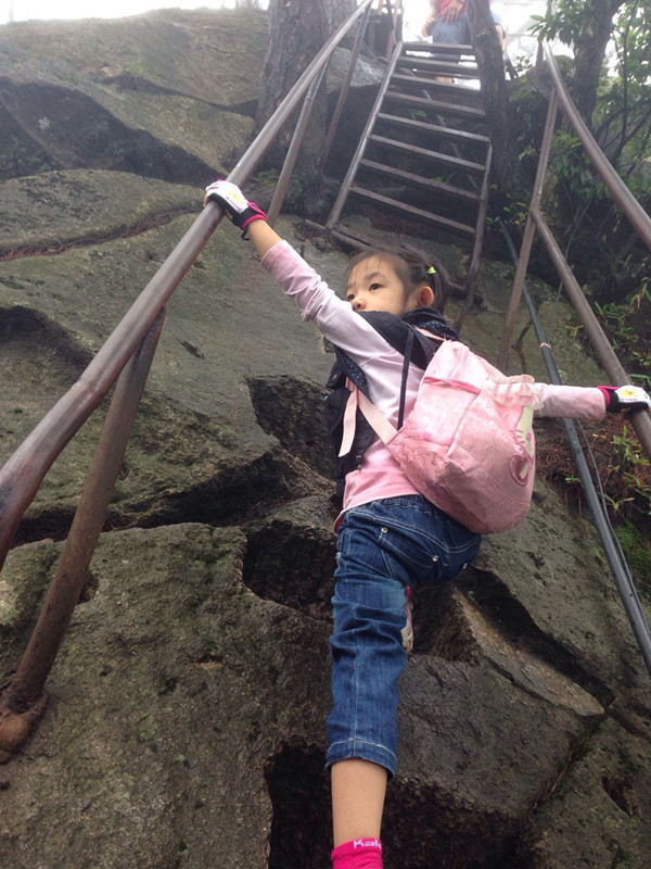 前面的小女孩很精神地往上爬,俨然就是个小驴友 ...