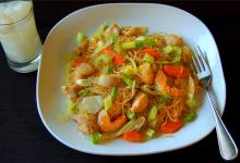关岛美食图片-菲式炒面