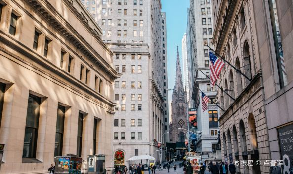 <p>华尔街曾是美国各大金融机构的所在地,911后很多机构搬离此地,大部分改为住宅,不过这条摩天大楼林立的狭长小街依然是热门旅游地。</p><p><strong>参观路线:</strong></p><p>顺着华尔街门牌号一路向东步行,华尔街1号是纽约银行大楼(原欧文信托银行大楼)。11号是纽约证券交易所,14号是美国信孚银行大楼,而华尔街23号原先是摩根大通大楼,现在已改为了公寓。</p><p>继续向东步行至华尔街37号,这里原先是美国信托公司、美国大通银行,而现在也改为出租的住宅。在向前的华尔街40号是川普大楼、曼哈顿信托银行。华尔街45号则是原先的多伦多道明银行,现在也改为住宅。</p><p>而华尔街48号,原先是纽约银行总部,现在成为了美国金融博物馆。华尔街60号则是德意志银行大楼/摩根大通大楼。华尔街63号原先是布朗兄弟哈里曼信托大楼,现在也改为了住宅。最后的华尔街111号则是花旗银行大楼。</p>