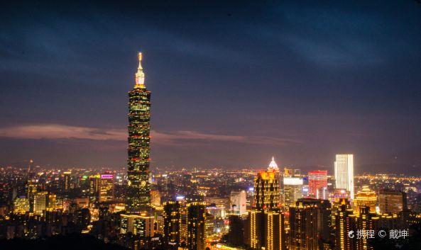 "<p class=""inset-p"">台北101大楼曾是世界第一高楼,集办公、观景台和购物中心于一体,是台北的地标性建筑。</p><p class=""inset-p"">101大楼有地上101层、地下5层。其中B2-B4为停车场;B1至4层是购物中心,汇集世界顶级钟表品牌,奢侈精品和设计师品牌,无论服饰珠宝还是彩妆配饰都与全球潮流紧密同步,4层都会广场可恣意品尝米其林三星的美食和悠闲的下午茶;5楼有多家银行与证券服务金融中心;6层至84层为办公大楼;85层为商务俱乐部;88层有一个""定楼神球""—风阻尼器。这是世界上最大、最重风阻尼器,作用是通过吊装在建筑物内中上部的约重几百吨的大铁球,减少楼体的晃动来达到抗震的目的。还有台湾之美多媒体影音走道,可纵览台湾著名景点日月潭、垦丁、阿里山、玉山、北投温泉、历年台北101跨年焰火精华,这里还有世界最高精品宝石艺术馆——聚宝88。</p><p class=""inset-p"">89楼是大楼内部观景台,这里有绝佳的观景视野、贴心的摄影服务、语音导览柜台、冰淇淋商店、纪念品商店和世界最高的信箱。南侧还有91楼售票处与出入口(北侧为出口)。</p><p class=""inset-p"">每年台北的跨年晚会,都是以台北101大楼的跨年烟火表演作为压轴演出。数分钟中以烟火作为主题所举办的跨年活动,搭配周边的跨年活动,每年均吸引数十万人于现场观赏,并成为国际及台湾最知名的跨年活动之一。</p>"