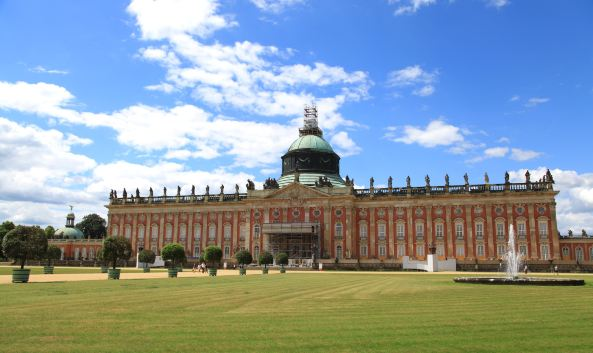 <p>新宫(Neues&nbsp;Palais)是座庞大的宫殿建筑,其中的贝壳厅非常独特,整个墙壁镶满了贝壳和宝石。</p><p><br /></p>