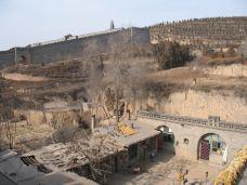 万家大院高墙外的农民住的冬暖夏凉的窑洞-王家大院-平遥-唯行唯心唯景